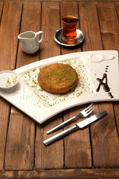 Delizia tukish con pistacchi grattugiati chiamati künefe Foto Gratuite