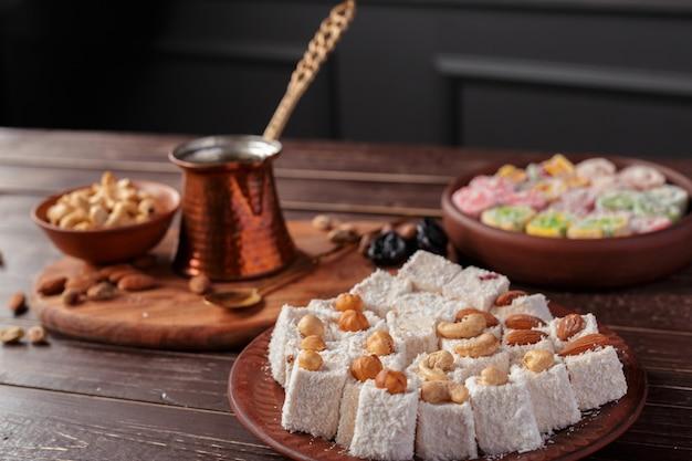 Delizia turca su un tavolo di legno. Foto Premium