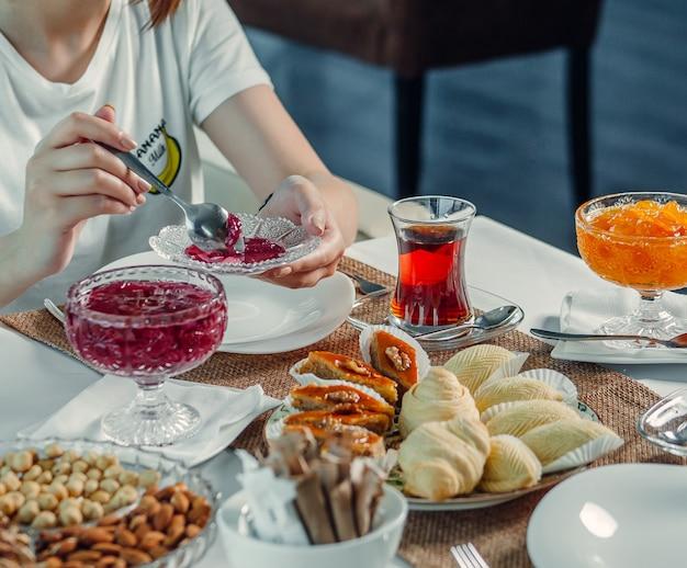 Delizie e tè nero sul tavolo Foto Gratuite