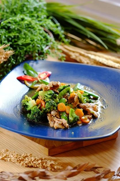 Deliziosa carne di manzo con broccoli di carote e peperoncino Foto Premium