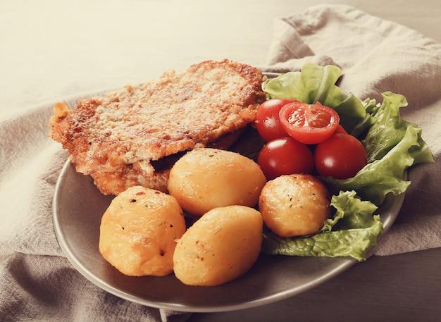 Deliziosa cena con bistecche, patate lesse e insalata Foto Gratuite