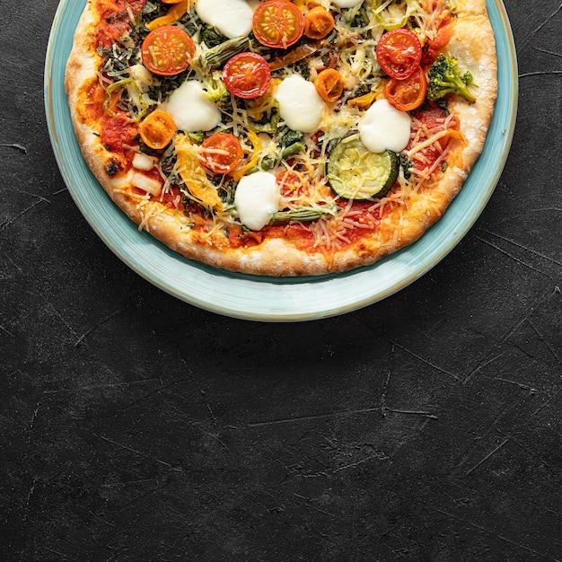 Deliziosa pizza sul piatto Foto Gratuite