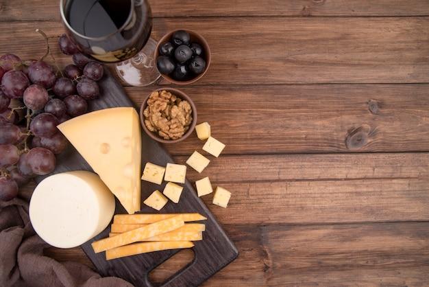 Deliziosa selezione di formaggi con uva e vino Foto Gratuite