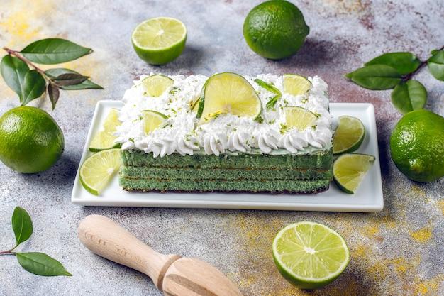 Deliziosa torta al lime con fette di lime e lime freschi. Foto Gratuite