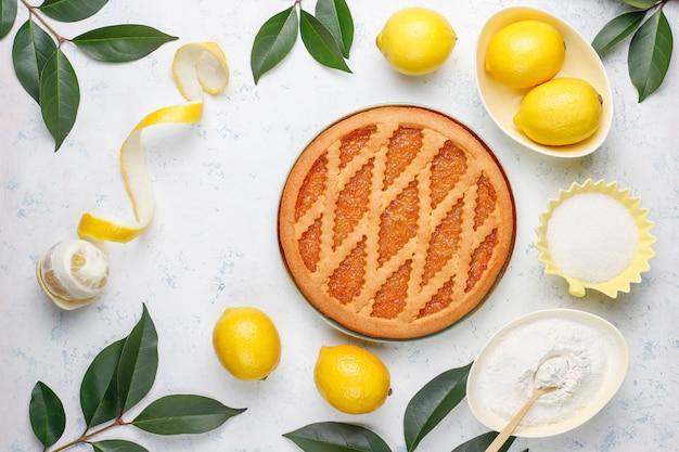 Deliziosa torta al limone con limoni freschi sul tavolo Foto Gratuite