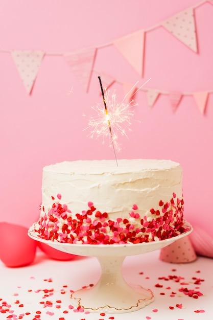 Deliziosa torta sul tavolo per la festa di compleanno Foto Gratuite