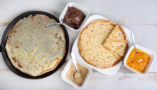 Deliziose frittelle con zucchero e marmellata di cioccolato Foto Premium