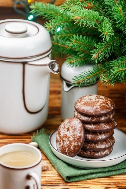 Deliziosi biscotti di panpepato con zucchero a velo e cioccolato per natale. nuovo anno Foto Premium