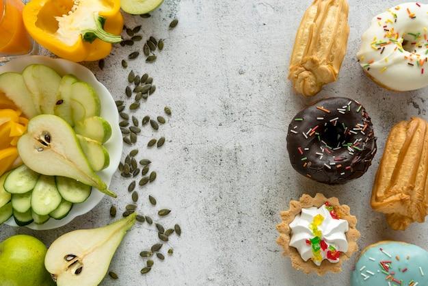 Deliziosi cibi dolci e frutta sana; verdure su superficie strutturata Foto Gratuite