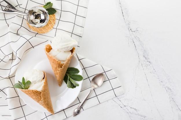 Deliziosi coni gelato con foglie di menta Foto Gratuite
