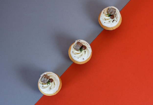 Deliziosi cupcakes con panna Foto Premium