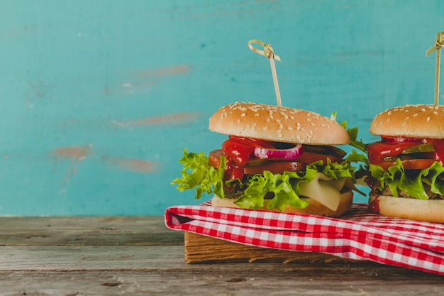 Deliziosi hamburger con formaggio, lattuga e pomodoro Foto Gratuite