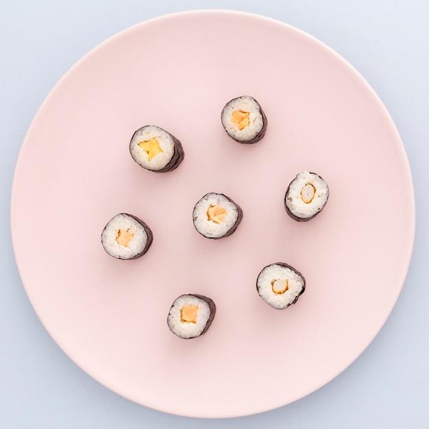 Deliziosi involtini di sushi pronti per essere serviti Foto Gratuite