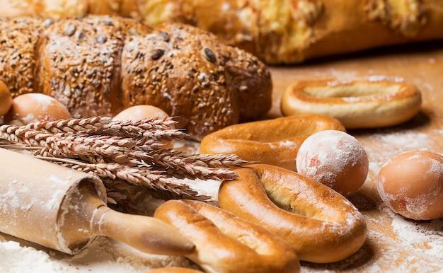 Deliziosi pane, bagel e uova sul tavolo Foto Gratuite