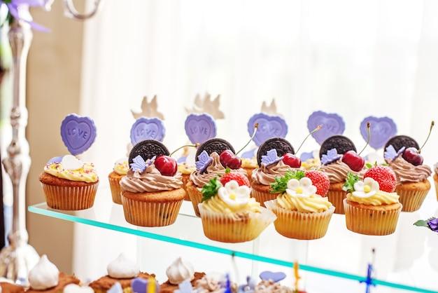 Deliziosi pasticcini e torte. il concetto di cibo, festa Foto Premium
