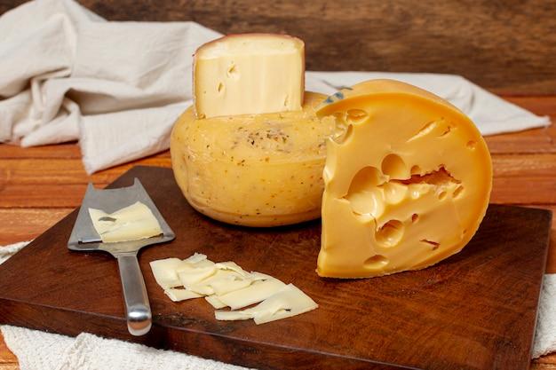 Deliziosi pezzi di fette di formaggio Foto Gratuite