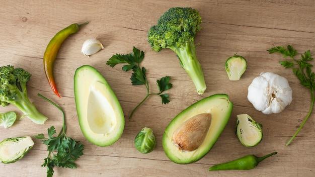Deliziosi spinaci di avocado e verdure verdi Foto Gratuite