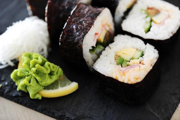 Deliziosi sushi serviti sul tavolo Foto Gratuite