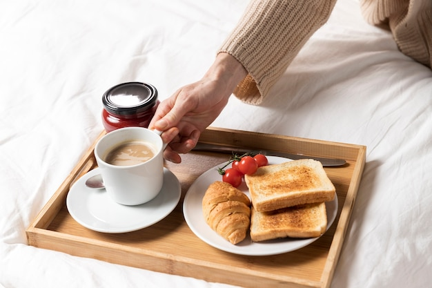 Delizioso brunch sul letto per la donna incinta Foto Gratuite