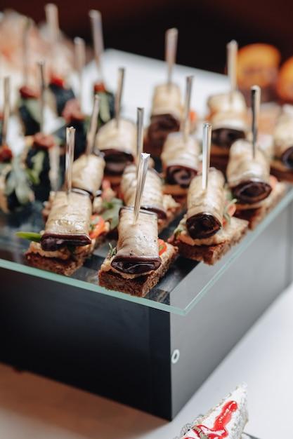 Delizioso buffet festivo con canapè e diversi piatti deliziosi Foto Premium