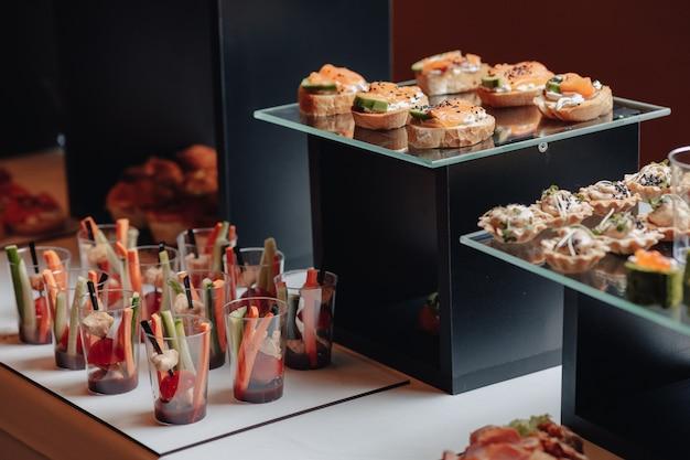 Delizioso buffet festivo con tartine e diversi deliziosi piatti Foto Premium