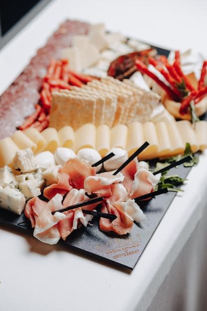 Delizioso buffet festivo con tartine e diversi deliziosi piatti Foto Gratuite