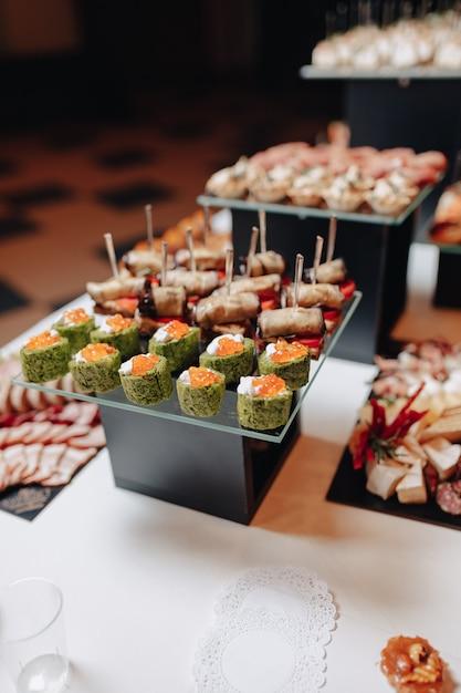 Delizioso buffet festivo con tartine e diversi piatti deliziosi Foto Premium
