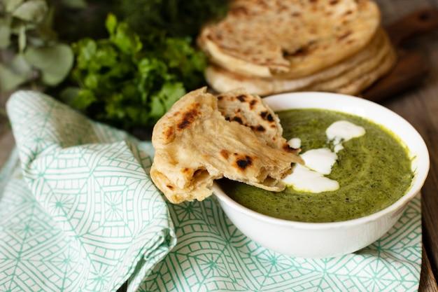 Delizioso cibo indiano con pita Foto Gratuite