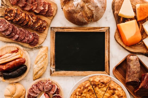 Delizioso cibo intorno alla lavagna Foto Gratuite