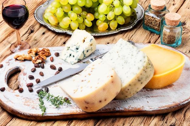 Delizioso formaggio sul tavolo Foto Premium