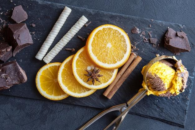 Delizioso gelato combinato al cioccolato e alla vaniglia Foto Premium