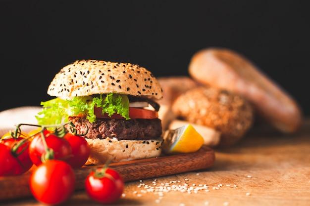 Delizioso hamburger fatto in casa con verdure fresche in cucina pronto a servire e mangiare Foto Premium