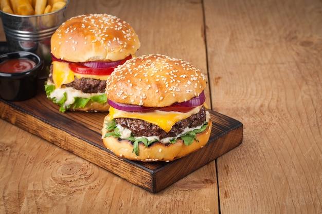 Delizioso hamburger fatto in casa fresco. Foto Premium