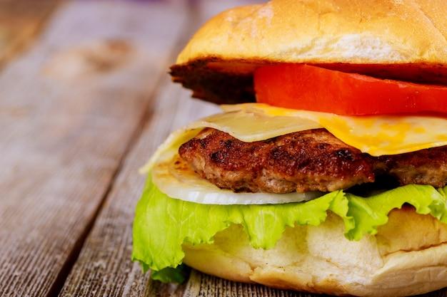 Delizioso hamburger fresco fatto in casa su un tavolo di legno Foto Premium
