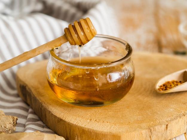 Delizioso miele in una ciotola Foto Gratuite