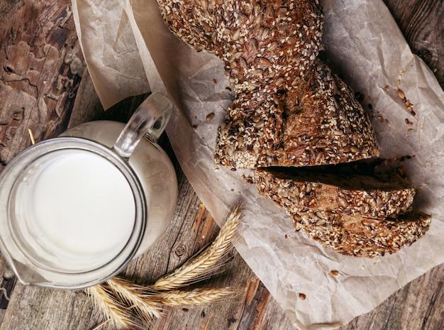 Delizioso pane con barattolo di latte Foto Gratuite