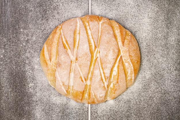 Delizioso pane cotto con farina su di esso Foto Gratuite
