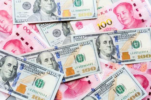 Denaro contante: cento dollari americani e cento yuan cinesi Foto Premium