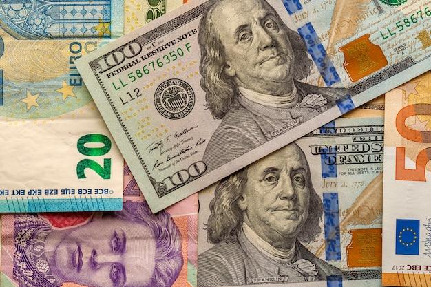 Denaro e finanze. nuova fattura da cento dollari sul colore Foto Premium