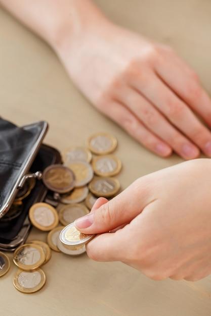 Denaro, finanza. donna con portafoglio Foto Gratuite