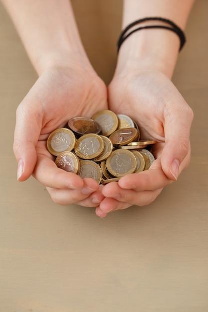 Denaro, finanza. donna con un mucchio di monete Foto Gratuite