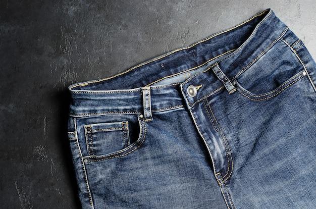 Denim. blue jeans sul nero. avvicinamento Foto Premium