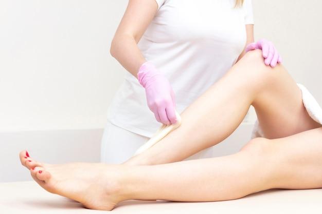 Depilazione e massaggio. belle gambe femminili con pelle liscia. Foto Premium