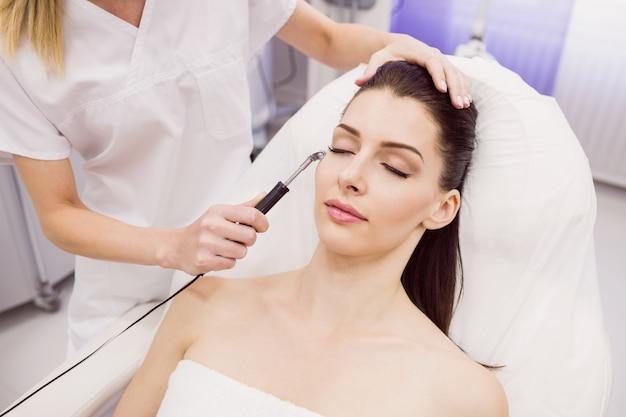 Dermatologo che esegue la depilazione laser sul paziente Foto Gratuite