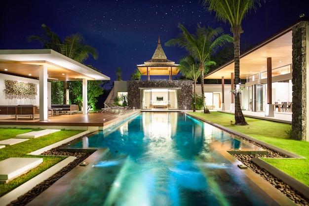 Design Di Interni Ed Esterni : Design degli interni ed esterni della villa con piscina che dispone