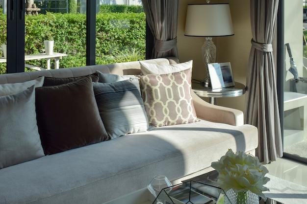 Design moderno soggiorno con divano e lampada Foto Premium