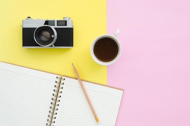 Design piatto laici del concetto di viaggio estate - mockup vista dall'alto del taccuino di carta bianca Foto Premium
