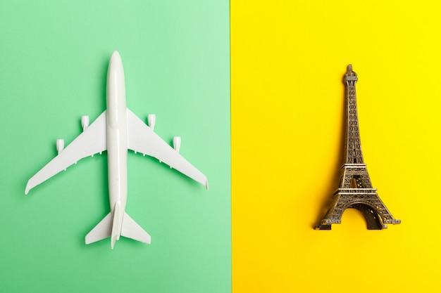 Design piatto laico del concetto di viaggio con l'aereo Foto Premium