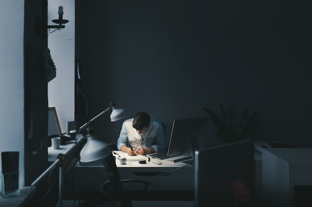Designer al lavoro in ufficio Foto Gratuite