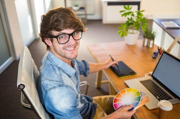 Designer che lavora con ruota colori e digitalizzatore Foto Premium